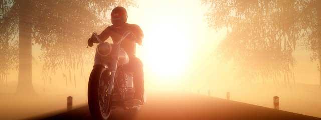 Motorradfahrer in der untergehenden Sonne
