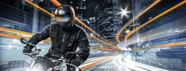 Motorradfahrer mit Rukka Bekleidung auf Stadtfahrt