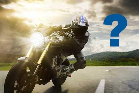 Motorradfahrer mit Helm in Schräglage